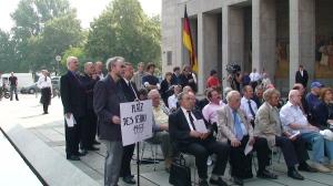 """Auf einer Veranstaltung der AG 13.August auf dem jetzigen  """"Platz des Volksaufstandes von 1953"""" vor dem BFM:"""