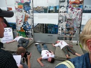 Ehemalige politische Häftlinge erinner ten  2009 am Potsdamer Platz an die Mauer-Morde - Foto: LyrAg