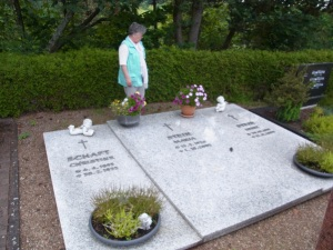 Tatjana Sterneberg 2013 am Grab der Vereinsgründerin Maria Stein in Lützelbach -                    Foto: LyrAg