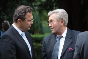 Walter Schöbe im Gespräch mit dem vorher. Innenminister Hans-Peter Friedrich 2011 auf dem Friedhof Seestraße - Foto: RGG