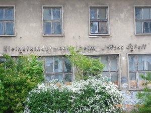 Baulich dem Zerfall preisgegeben. Ein  ehem. Kinderheim in Berlin-Ost: Die Erinnerung bleibt - Foto: LyrAg