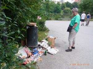 Fassungslos. Eine Parkbesucherin ratlos vor dem Müll-Tourismus am Lietzensee - Foto: LyrAg