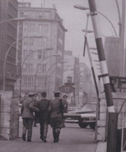 18.10.1965: Verhaftung am Checkpoint Charlie - Foto: Archiv