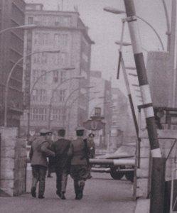 18.10.1965: Vor 50 Jahren Verhaftung am Checkpoint Charlie - Holzapfel wirdf abgeführt Foto: Archiv