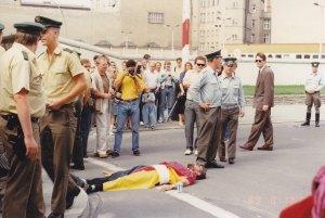 Lebendige Brücke am 13.08.1989: Den 30.Jahrestag erlebt ihr nicht mehr. - Foto: Burmeister
