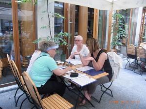 Birgit K. (Mitte) 2014 bei einem Treffen mit Leidensgenossinnen - Foto LyrAg