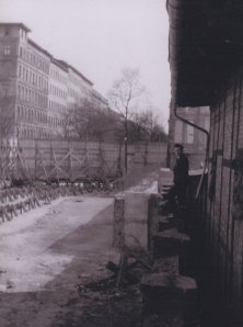 1963: Direkt vor der Mauer begann der Tunnel - Foto: LyrAg