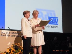 Verleihung der Ehrenplakette in Gold an Angela Merkel in der URANIA, re. Erika Steinbach - Foto: LyrAg