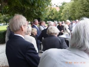 Bescheiden nim Hintergrund: Der Präsident der Inter-Asso, Dr. Fuchs (v.li.) bei der Ehrung. Im Bild: Senator Frank Henkel u. Erika Steinbach - Foto: LyrAg