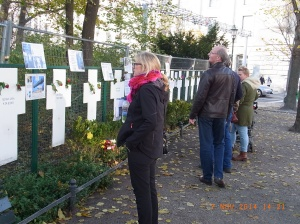 Für Touristen in  Berlin wesentlich zugänglicher: Die Mauerkreuze in der Ebertstraße, Nähe Brandenburger Tor - Foto: LyrAg