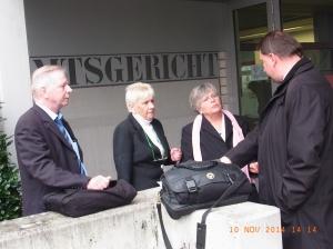 Nach der Verhandlung: Karl-Heinz u. Regina Labahn, Tatjana Sterneberg un d Anwalt Markus Matzkeit (v.li.) im Gespräch, nicht auf dem Foto Birgit Krüger - Foto: LyrAg