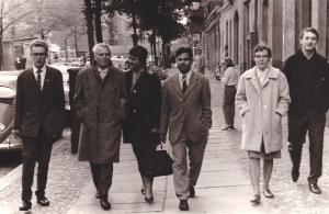 1963 mit Weggefährten in der Wolliner Straße: Holzapfel, Hildebrandt, eine Freundin, Zutshi, A.Kirks (v.li.) - Foto: LyrAg