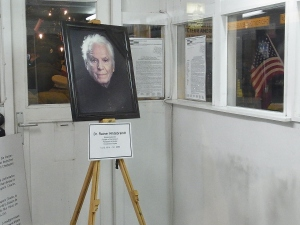 Keine Blume zum 100. Geburtstag: Der Museumsgründer in der nachgebauten Allierten Baracke - Foto: LyrAg
