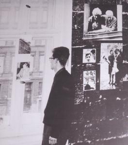 1963: Der erste Ausstellungs-Leiter C.W. Holzapfel beim Ausblick auf die Bernauer Straße - Foto: LyrAg