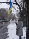 Sie Farben der Ukraine waren nicht zu übersehen. Auf dem Foto ein  Fahnenträger vor der Russ. Botschaft - Foto: LyrAg