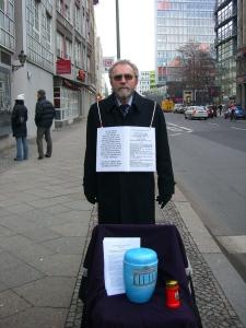Stille Demo für die Beisetzung der Urne  2007 am Checkpoint Charlie - Foto.LyrAg