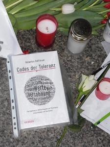 Auch Bücher wurden als Bekenntnis vor der Botschaft niedergelegt. - Foto: LyrAg
