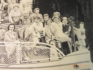 Um 1954 gemeinsame Dampferfahrt mit Markus Wolf? Käthe B. mit ihrer Mutter (vorn re.)- Ausschnitt - Archiv LyrAg