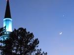 Symbolträchtig: Der Halbmond stand über der Moschee am Columbiadamm, als die Tour vorbeiradelte - Foto: LyrAg