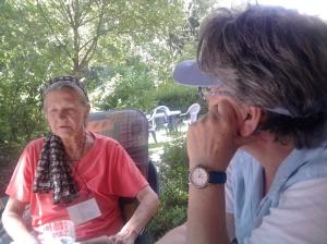 Käthe B. 2014  im Gespräch mit ihrer Betreuerin - Foto: Lyrag