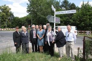 Auch die Landesbeauftragte Ulrike Poppe (5.v.li.) unterstützte die Forderung nach einer Straße des 17. Juni in Strausberg, bisher vergeblich - Foto: LyrAg