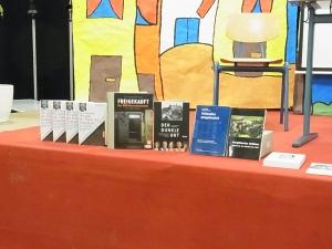 Eine Buchauswahl über politische Haft  in der DDR ergänzte den Vortrag - Foto: LyrAg