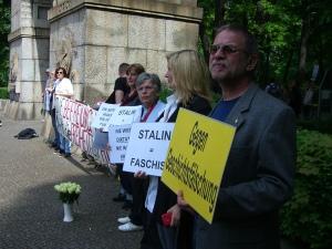 Mitglieder der VOS, UOKG, Vereinig. 17. Juni, Haimkinder u. Gedenkst. Hohenschönhausen demonstrierten mit originellen Plakaten gegen das