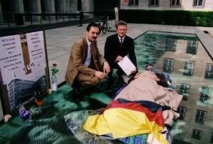 Vor zehn Jahren: Hungerstreik vor dem BMF für einen Platz des 17. Juni. Auf dem Foto MdB Roland Gewalt und CDU-Landeschef Henkel (v.l.). Sie überbrachten am 9. Tag die Zusicherung, sich für eine Umsetzung einzusetzen. - Foto: LyrAg