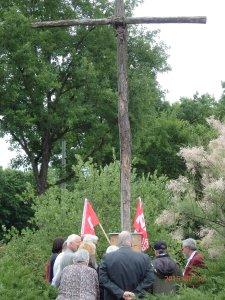 Am einzigen originären Mahnmal: Ein Holzkreuz in Zehlendorf erinnert an den Aufstand von 1953