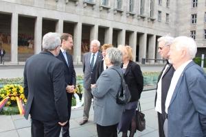 Vor dem Ministerium: Michael Müller im Gespräch mit Mitgl. der Vereinigung vor der Kranzniederlegung - Foto. Presseamt