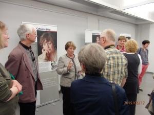 1976-1977 in Hoheneck: Catharina Mäge (Mitte) schildert aufmerksamen Zuhörern ihre dunklen Erlebnisse - Foto: LyrAg
