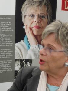 Tatjana Sterneberg in der Ausstellung DER DUNKLE ORT - Foto: LyrAg