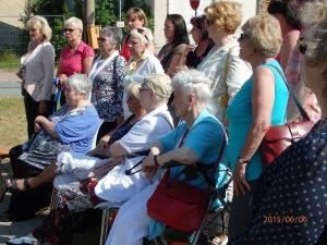 Zahlreiche Frauen von Hoheneck waren zur Ehrung der Toten erschienen, unter diesen die 92jährige Annerose Matz-Donath (Bildmitte) - Foto: LyrAg