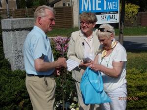 Spontaner Dank an eine Unentwegten: Theo Schreckenbach, Inge Naumann, Regina Labahn (v.li.) - Foto: LyrAg