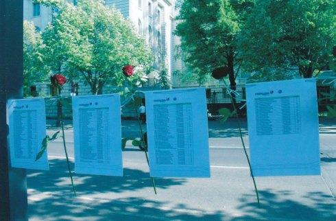 Die Namen von 298 Toten klagen ihre Mörder an...  - Foto: StK