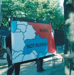 """""""Hände weg von der Ukraine!"""" - Aus gegebenem Anlass auch Proteste gegen die Besetzung der Krim - Foto: StK"""