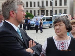 Der Ukrainische Botschafter im Gespräch mit der Mutter von Nadha Sawschenko während einer Demo am 18.06.15 vor dem Brandenburger Tor- Fot: LyrAg