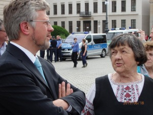 Der Ukrainische Botschafter im Gespräch mit der Mutter von Nadha Savchenko während der Demo am 18.06.15 - Fot: LyrAg