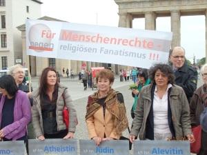 Demo gegen religiösen Fanatismus auf dem Pariser Platz im Juni 2015 (Bildmitte Lala Süsskind). Wagner war eben dies vorgeworfen worden. - Foto: LyrAg