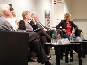 Aufmerksamkeit für kritische Frage  aus dem Publikum: Das Podium (Mi. Bergmann-Pohl) - Foto: LyrAg