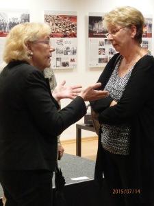 Dachsimpeln am Rande: Ehem. OP-Schwester im Klikum Buch und nachmalige Hoheneckerin (li.) im Gespräch mit Bergmann-Pohl - Foto: LyrAg