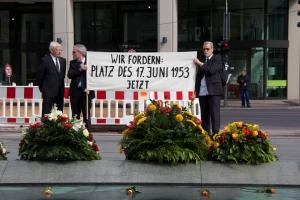 Stets engagiert: Claus (re.) 2012 vor dem Finanzministerium am heutigen