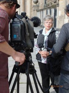 Der BR interviewte für den Beitrag auch eine ehem. Hoheneckerin, hier vor dem einstigen DDR-Gericht in der Littenstraße - Foto: LyrAg