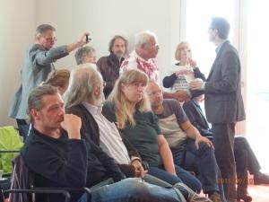Zweite Reihe (stehend): Der Staatssekretär (rechts) versucht, die empörten ehem. Heimkinder zu beruhigen (Mitte Lutz Adler). - Foto: LyrAg