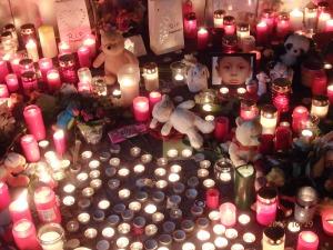 Gestern in den Abendstunden vor dem LaGeSo: Verzweiflung und Trauer suchten ihren Ausdruck - Foto: LyrAg