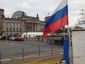 Passend zum Offenen Brief an Putin: Die russische Fahne vor dem Reichstag - Foto: LyrAg