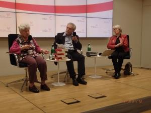 C.W.Holzapfel (mi.) von der Redaktion Hoheneck moderierte das Zeitzeugengespräch mit anner. Matz-Donath (li.) u. Eva Aust (re.) - Foto: LyrAg