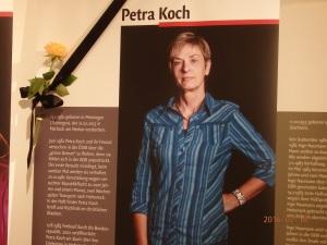 Vollzählig: Inzwischen wurde die Ausstellung mit dem 25. Portrait ergänzt. Tatjaan Sterneberg brachte zum Gedenken an Petra Koch eine Rose und Tauerflor an - Foto: LyrAg
