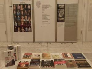 In einer Vitrine: Literatur zum Thema Hoheneck, darunter allein drei Bücher von Ellen Thiemann, ehem. Hoheneckerin - Foto: LyrAg