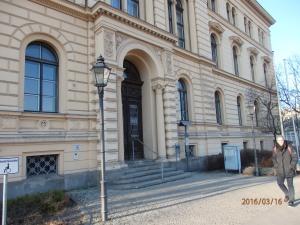 Vor dem Sozialgericht in der Berliner Invalidenstraße trafen sich einstige und aktive Vorstände der VOS zu einer traurigen Verhandlung. - Foto: LyrAg